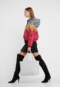 Versace Jeans Couture - Borsa a mano - wisteria - 1