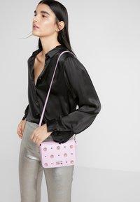 Versace Jeans Couture - FIORE - Schoudertas - wisteria - 1