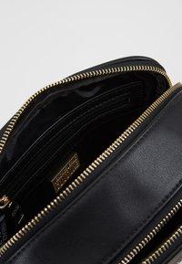 Versace Jeans Couture - Schoudertas - black/gold - 4