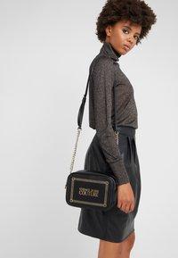 Versace Jeans Couture - Schoudertas - black/gold - 1