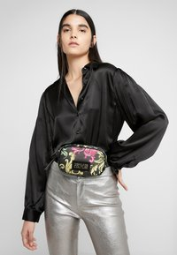 Versace Jeans Couture - HERITAGE - Heuptas - black - 1