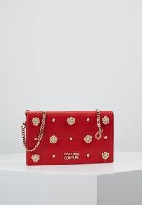 Versace Jeans Couture - Taška spříčným popruhem - red - 0