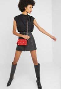 Versace Jeans Couture - Taška spříčným popruhem - red - 1