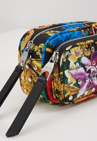 Versace Jeans Couture - BAROQUE PRINT CAMERA - Across body bag - multi - 6