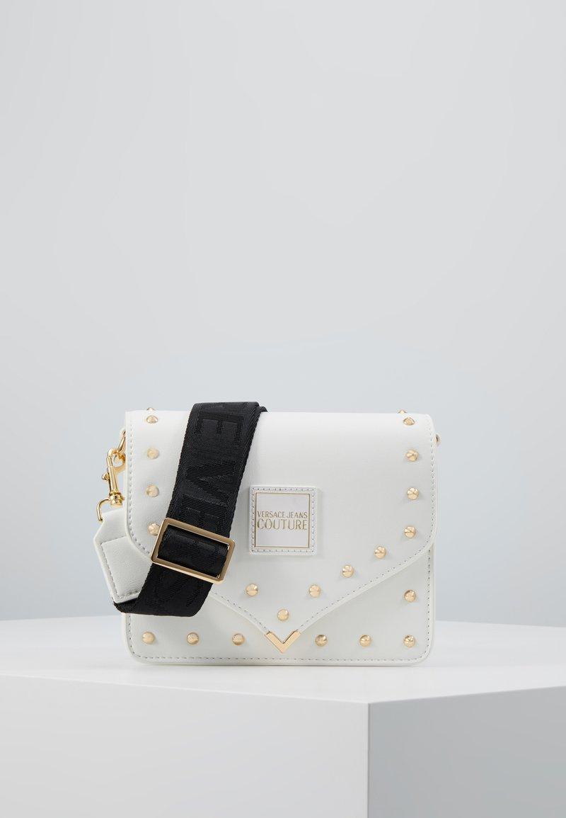 Versace Jeans Couture - STUDDED FLAP OVER - Taška spříčným popruhem - white