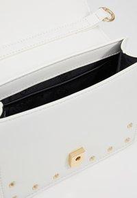 Versace Jeans Couture - STUDDED FLAP OVER - Taška spříčným popruhem - white - 4