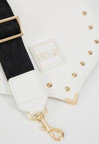 Versace Jeans Couture - STUDDED FLAP OVER - Taška spříčným popruhem - white - 6