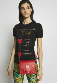 Versace Jeans Couture - STUDDED FLAP OVER - Schoudertas - red - 1