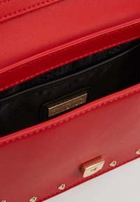 Versace Jeans Couture - STUDDED FLAP OVER - Schoudertas - red - 4