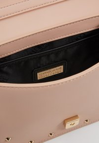 Versace Jeans Couture - STUDDED FLAP OVER - Olkalaukku - naked pink - 5