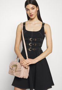 Versace Jeans Couture - BAROQUE BUCKLE STUD SHOULDER  - Borsa a tracolla - naked pink - 1