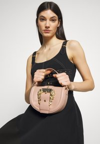 Versace Jeans Couture - BAROQUE BUCKLE HALF MOON - Borsa a mano - naked pink - 1