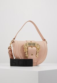 Versace Jeans Couture - BAROQUE BUCKLE HALF MOON - Kabelka - naked pink - 0