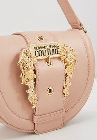 Versace Jeans Couture - BAROQUE BUCKLE HALF MOON - Kabelka - naked pink - 2
