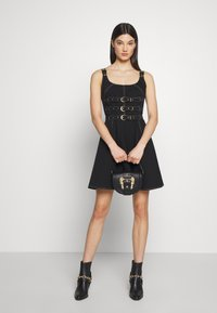 Versace Jeans Couture - BAROQUE BUCKLE HALF MOON - Håndtasker - black - 1