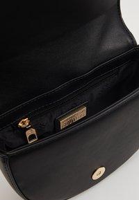 Versace Jeans Couture - BAROQUE BUCKLE HALF MOON - Håndtasker - black - 4