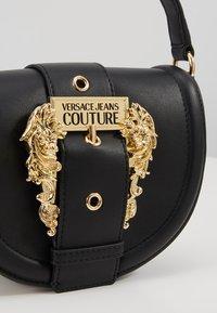 Versace Jeans Couture - BAROQUE BUCKLE HALF MOON - Håndtasker - black - 6