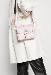 Versace Jeans Couture - BAROQUE BUCKLE FLAP OVER - Schoudertas - pink - 1