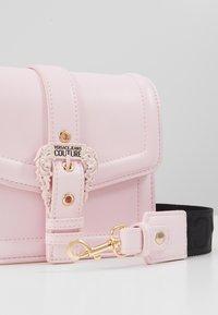 Versace Jeans Couture - BAROQUE BUCKLE FLAP OVER - Schoudertas - pink - 6