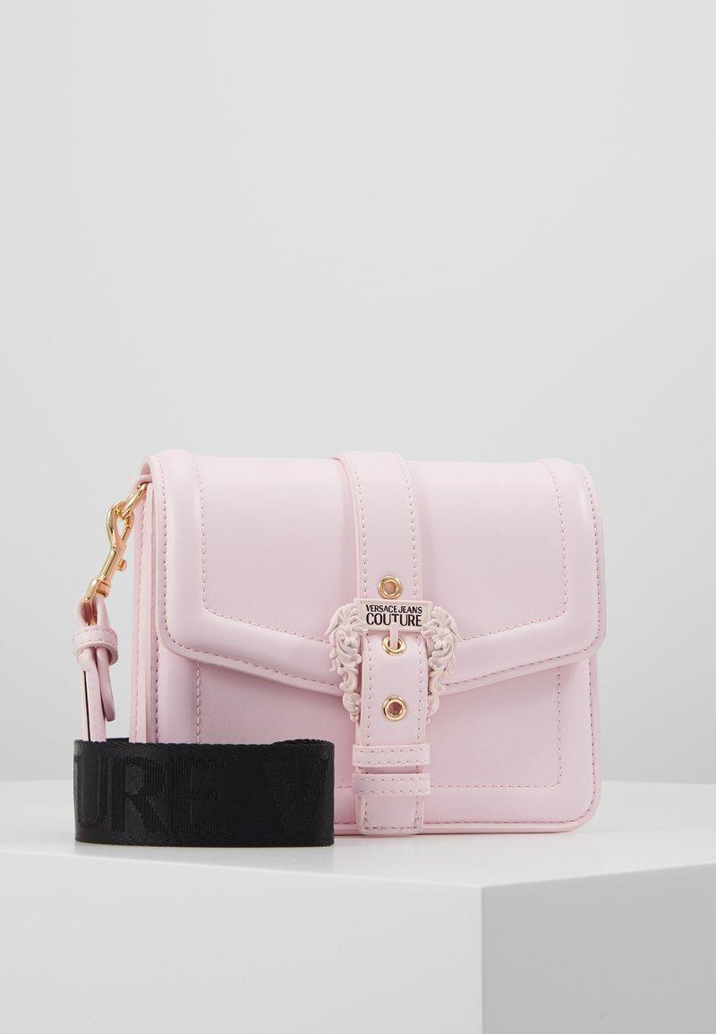 Versace Jeans Couture - BAROQUE BUCKLE FLAP OVER - Schoudertas - pink