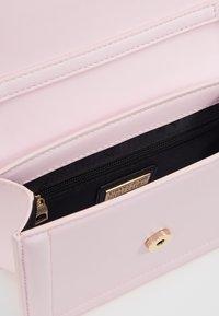 Versace Jeans Couture - BAROQUE BUCKLE FLAP OVER - Schoudertas - pink - 4