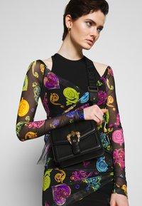 Versace Jeans Couture - BAROQUE BUCKLE FLAP OVER - Schoudertas - black - 1