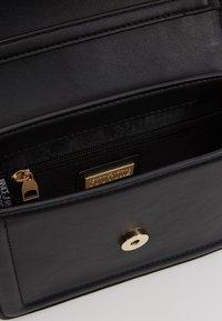 Versace Jeans Couture - BAROQUE BUCKLE FLAP OVER - Schoudertas - black - 6