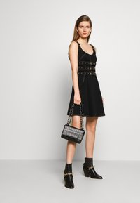 Versace Jeans Couture - CROCO CHAIN STRAP LOGO  - Torba na ramię - black - 1