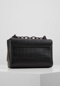 Versace Jeans Couture - CROCO CHAIN STRAP LOGO  - Torba na ramię - black - 2
