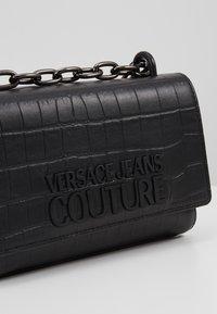 Versace Jeans Couture - CROCO CHAIN STRAP LOGO  - Torba na ramię - black - 6