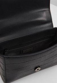Versace Jeans Couture - CROCO CHAIN STRAP LOGO  - Torba na ramię - black - 4