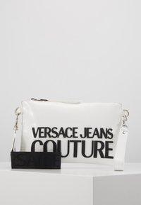Versace Jeans Couture - PATENT POUCH ON STRAP LOGO - Psaníčko - white - 0