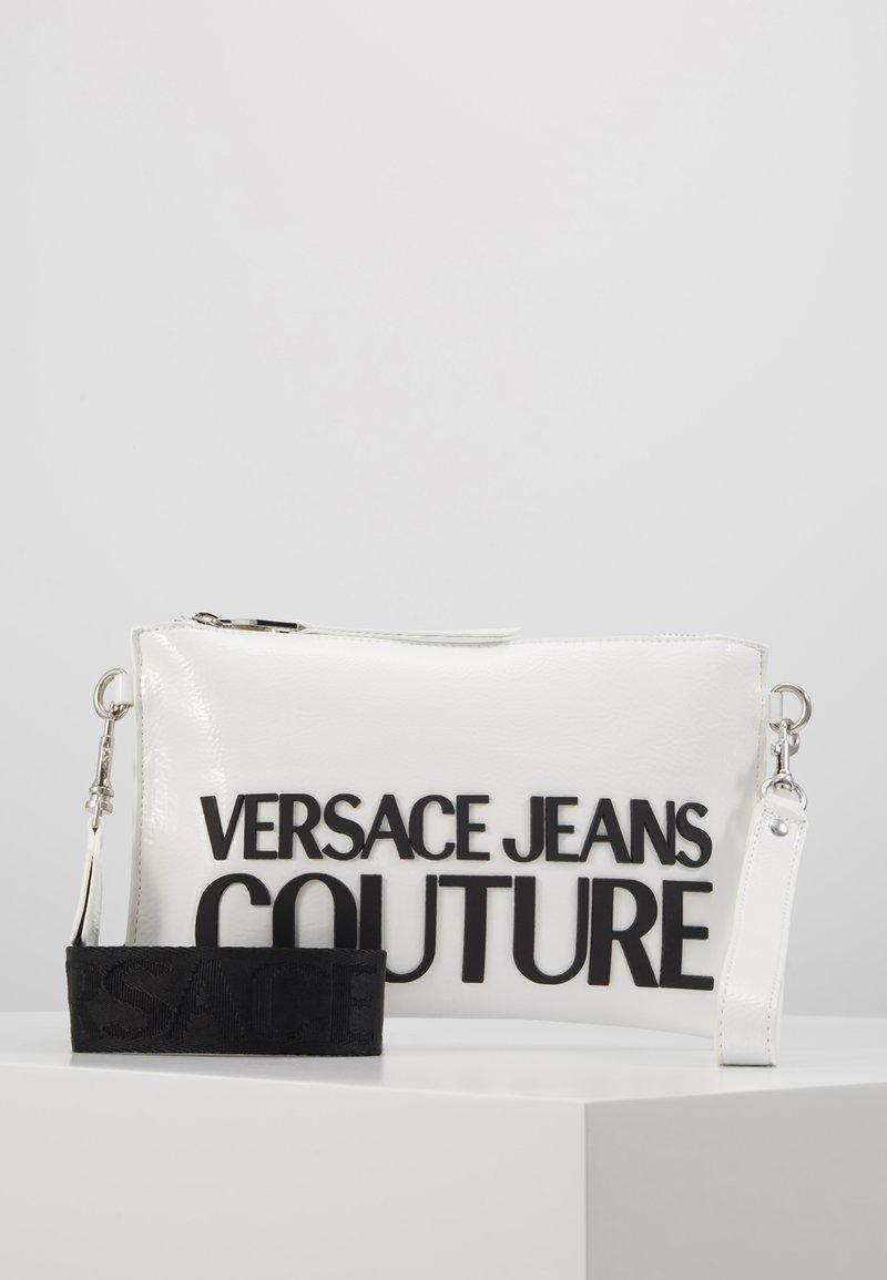Versace Jeans Couture - PATENT POUCH ON STRAP LOGO - Psaníčko - white