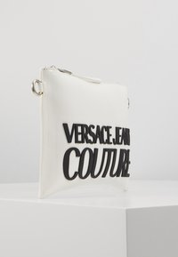 Versace Jeans Couture - PATENT POUCH ON STRAP LOGO - Pikkulaukku - white - 4