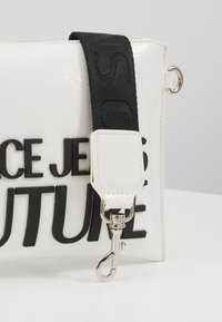 Versace Jeans Couture - PATENT POUCH ON STRAP LOGO - Pikkulaukku - white - 2