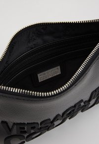 Versace Jeans Couture - PATENT POUCH ON STRAP LOGO - Clutch - black - 4