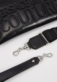 Versace Jeans Couture - PATENT POUCH ON STRAP LOGO - Clutch - black - 6