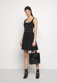 Versace Jeans Couture - PATENT LOGO TOTE - Torebka - black - 1