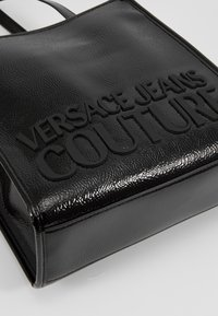 Versace Jeans Couture - PATENT LOGO TOTE - Torebka - black - 6