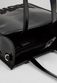 Versace Jeans Couture - PATENT LOGO TOTE - Torebka - black - 4