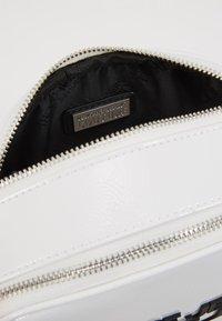 Versace Jeans Couture - PATENT LOGO CAMERA - Taška spříčným popruhem - white - 4
