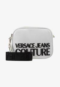 Versace Jeans Couture - PATENT LOGO CAMERA - Taška spříčným popruhem - white - 5