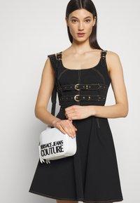 Versace Jeans Couture - PATENT LOGO CAMERA - Taška spříčným popruhem - white - 1