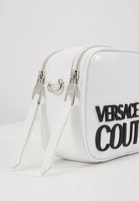Versace Jeans Couture - PATENT LOGO CAMERA - Taška spříčným popruhem - white - 6