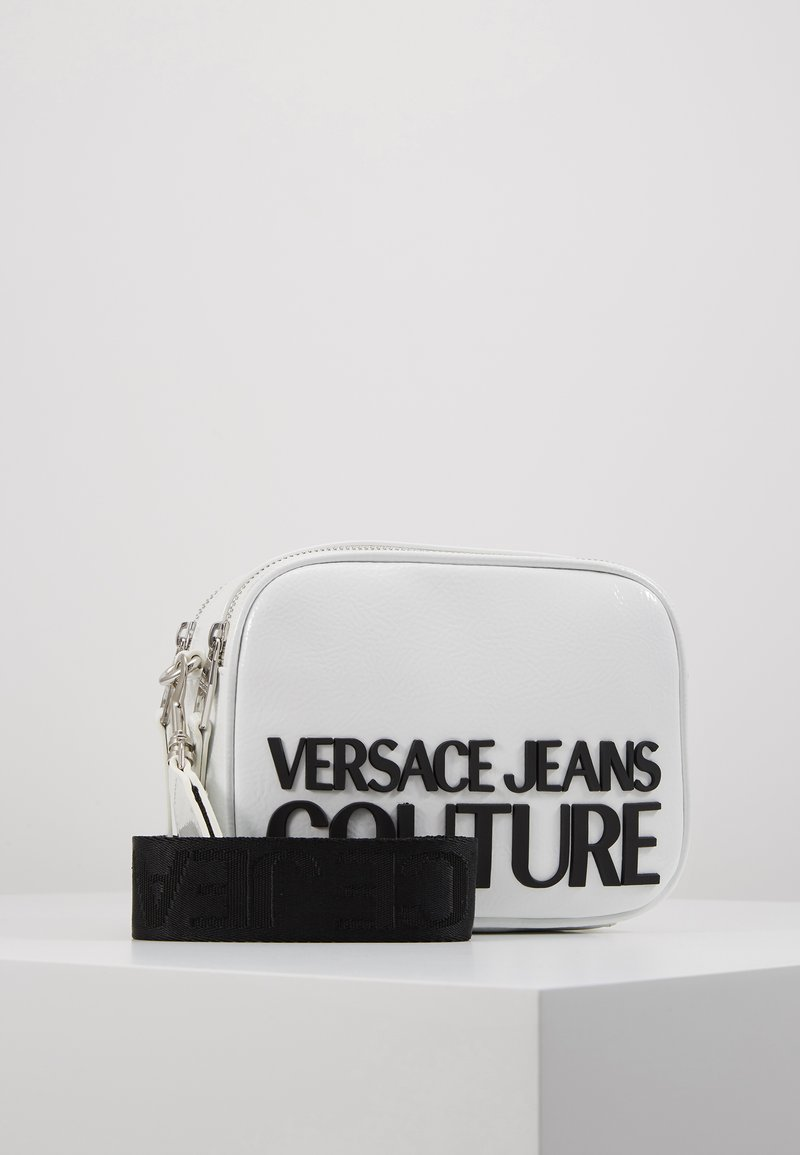 Versace Jeans Couture - PATENT LOGO CAMERA - Taška spříčným popruhem - white