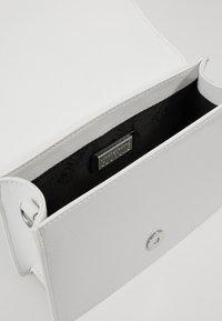 Versace Jeans Couture - PATENT LOGO FLAP OVER - Taška spříčným popruhem - white - 4