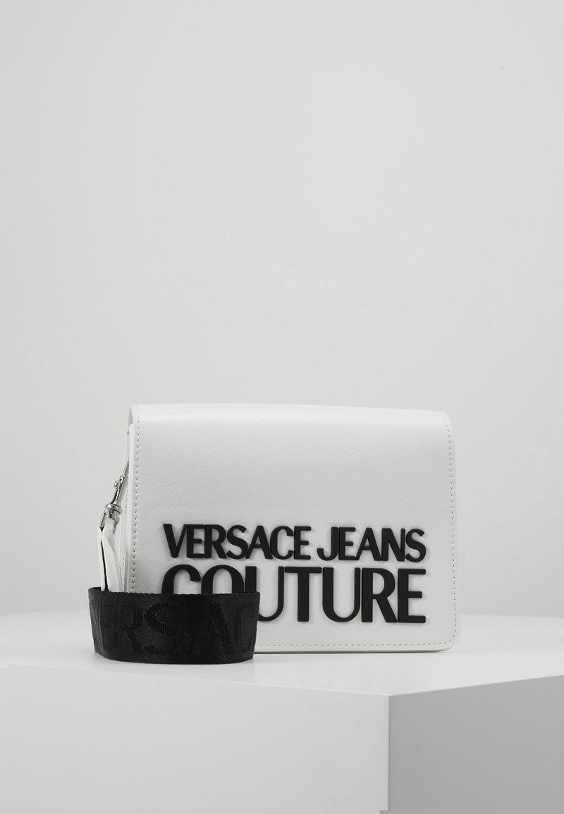 Versace Jeans Couture - PATENT LOGO FLAP OVER - Taška spříčným popruhem - white