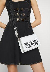 Versace Jeans Couture - PATENT LOGO FLAP OVER - Taška spříčným popruhem - white - 1