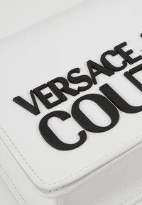 Versace Jeans Couture - PATENT LOGO FLAP OVER - Taška spříčným popruhem - white - 6