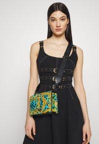 Versace Jeans Couture - LEOPARD BAROQUE - Olkalaukku - frog - 2
